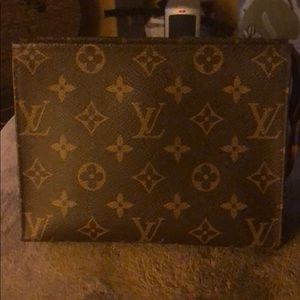 LV TOILETRY POUCH 19